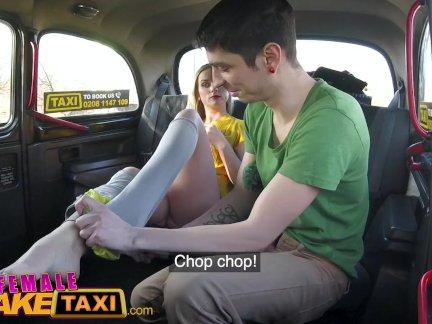 женщина Поддельные такси Застенчивый обман парень трахает блондинка таксист на заднем сиденье