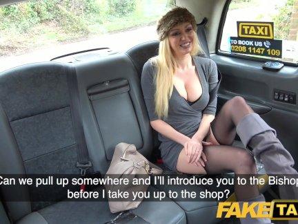 грудастая блондинка Имитная Эмбер Джейн сосет и трахает большой член такси
