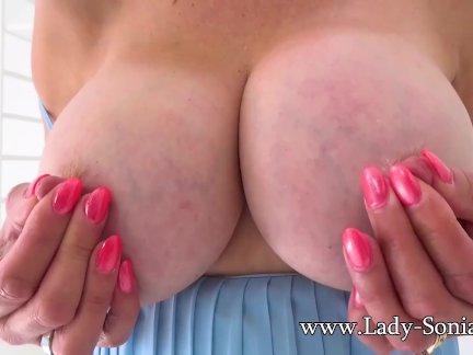 Сексуальный британский зрелый леди соня играет с ее жестоко соски