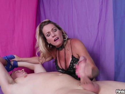 Сексуальный мамаша мастурбирует доминирование