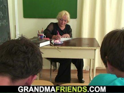 Йо бабушка учитель шлёпает двумя мальчиками