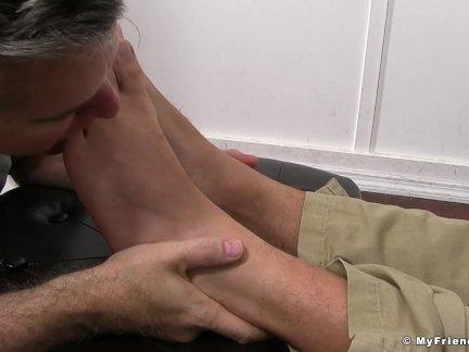 Извращенный парень массаж ломоть ноги и лижет их реальные хорошо