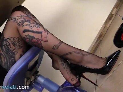 Зататуировала секретарь в колготках давайте вы посмотрите под столом