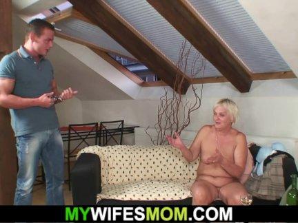 Старый мать-в-закон приманки ее мальчик
