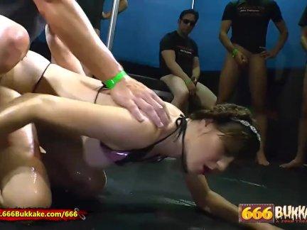 Секс и ссать для красавчик луиза-буккаке