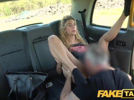 Поддельные такси Сладкий осла евро крошка любит минет и собачий стиль в задней части кабины