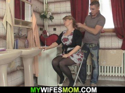 Горячая подружка зрелая мама трахается сзади