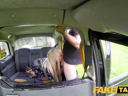 Поддельные такси брызг блондинка пальцами и трахал большой член таксист