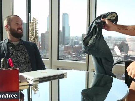 Мужчины - Чуваки трахается в интервью нового босса - Пожалуйста, беспокоить Часть
