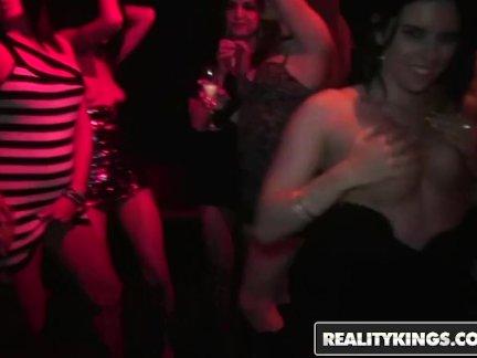 Реальность королей - Группа озабоченный участник девушки трахаться в клубе