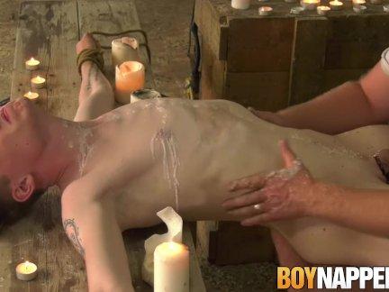 Себастьян Кейн ласкает югу мальчик с воском свечи