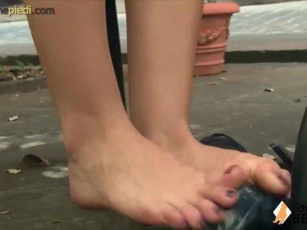Босиком рыженькая показывает от милые ноги в на улице