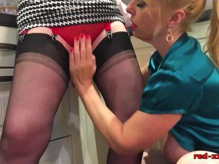 Зрелая рыжая трахает ее подруга с скалкой