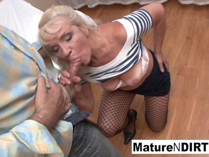Старый блондинка любит получать ее киска трах жестоко