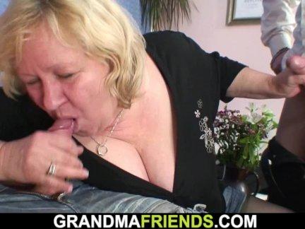 Грудастая блондинка старый бабушка глотает два членов