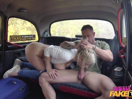 женщина Поддельные такси испанский парень трахает блондинка таксист