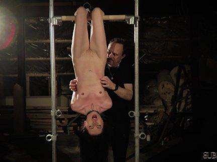 Молодой раб шлепнул и грубое наказание от БДСМ секс-мастер