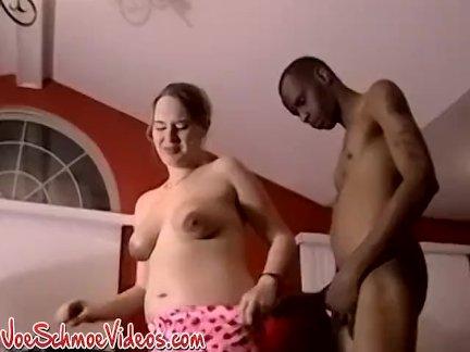 Amateur Chick spielt mit ihrem Kitzler und wird dabei tief gebohrt