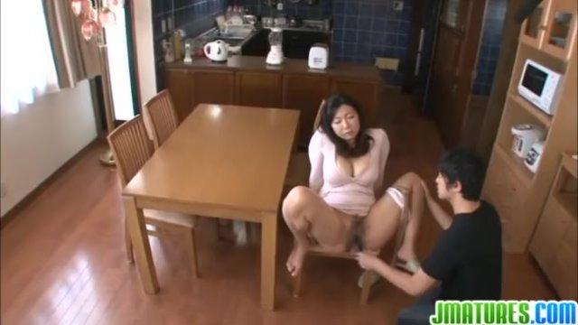 【フェラ動画】ぽっちゃりで巨乳の女性の、フェラレイプ無理矢理プレイエロ動画!!いいおっぱいですね!