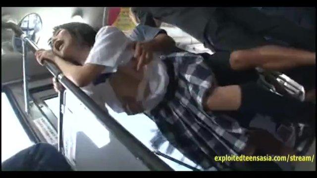バス内で痴漢レイプ。後ろから激しく突かれるも必死で声を押し殺し我慢する制服JK