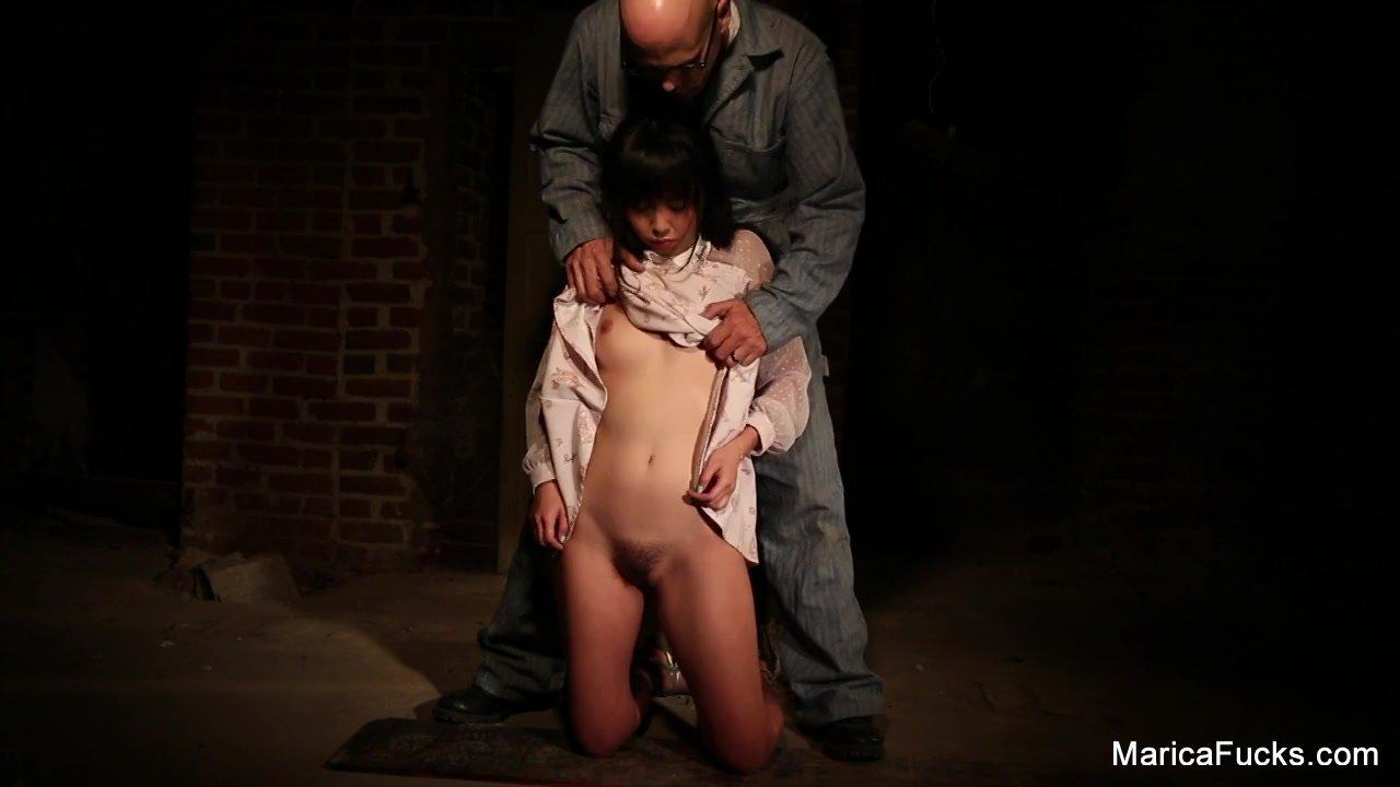 小柄なアジアン(loli)ロリ少女が変態白人おやじに身体中を揉みしだかれる - RedTube