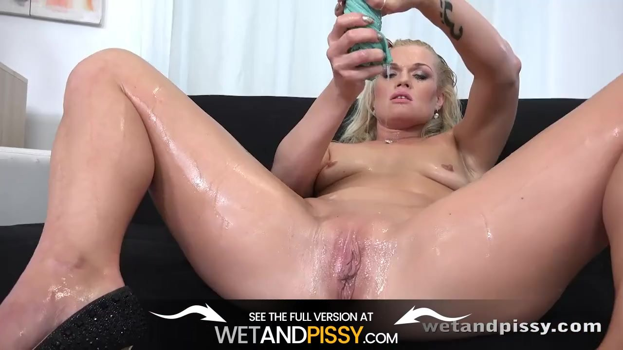 Webcam girl with big natural tits cums on toy