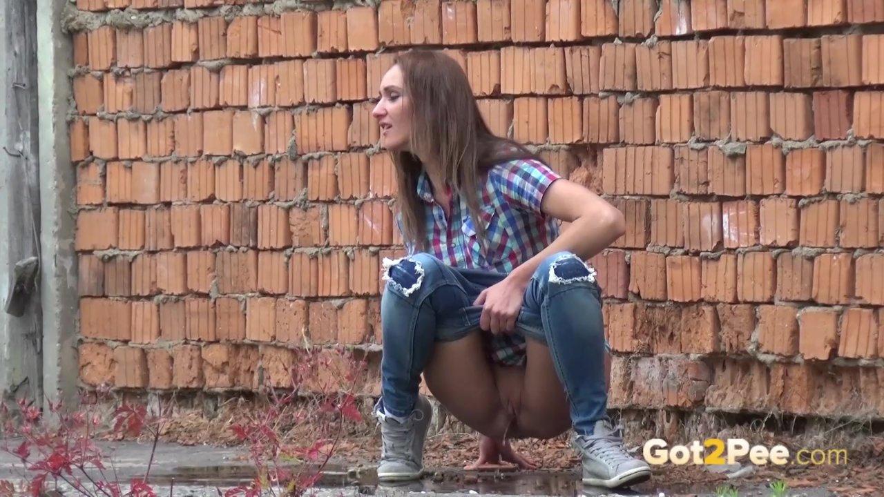 девушка мочится возле гаража онлайн - 7