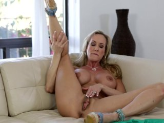 Bigtit cougar Brandi Love makes her cunt cum