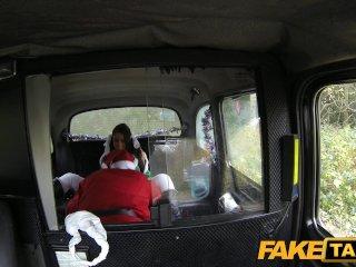 Santa pretiahne dievčinu vo svojom taxíku