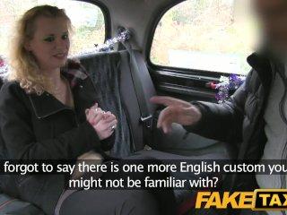 Turistka robí v taxíku vianočný anál