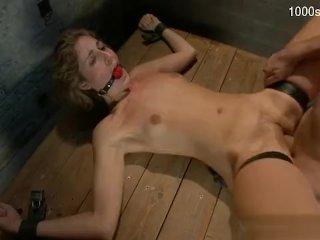 Teenka zažije tajomný tvrdý sex vo forme mučenia
