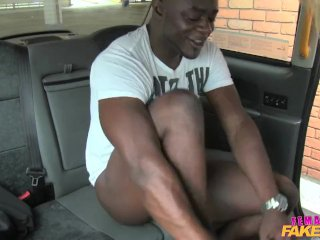 FemaleFakeTaxi miluje sex s černochom