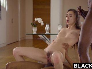 Brunetka si užíva sex s černochmi