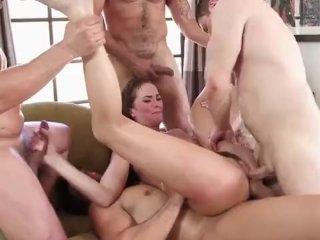 Samička si pozve priateľov na orgie