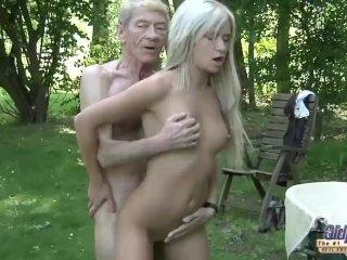 Mladá zlatokopka šuká s dedkom