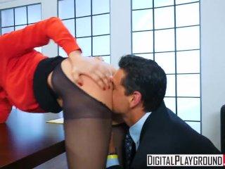 Neslušná sekretárka dostane po zadočku