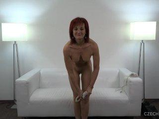 A vöröshajú maca pornózni akar