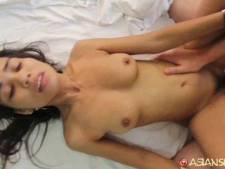 Den mager asiatiska tjejen och den stora penisen