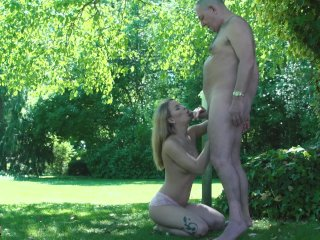 Den gamle mand og den unge blonde pige