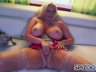 MILFka s obrovskými prsiami masturbuje na gauči