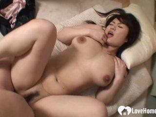 Söt asiatisk flickvän med hårig fitta