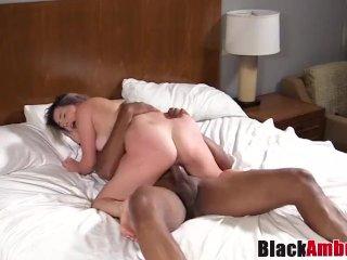 Den kurviga blonda tik och den stora svarta kuken
