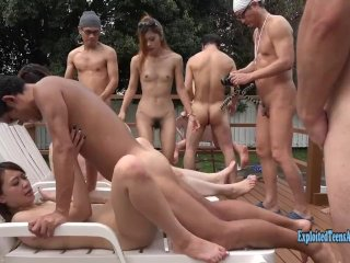 Suuri ryhmäseksiä takapihalla