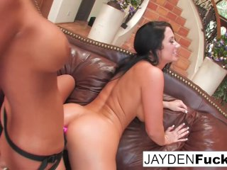 Phoenix Marie gives Jayden Jaymes a lesson in anal