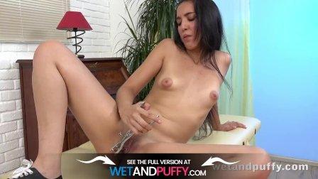 Amanda Estela fucks her pussy with glass dildo