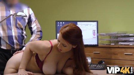 VIP4K. Isabella donne son vagin rasé pour baiser pour obtenir un gros prêt