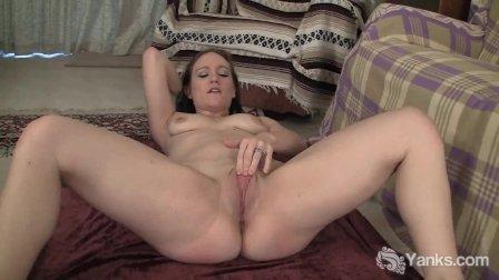Flexible Yanks Babe Lou Fingering Her Twat